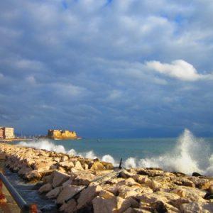 Mare in tempesta: Napoli e l'arte di resistere