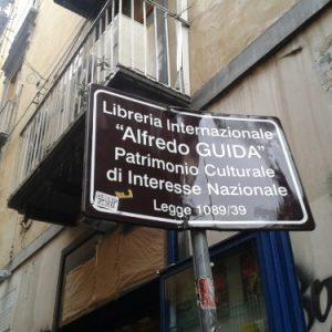 Chiusura della libreria Guida: la cultura in svendita