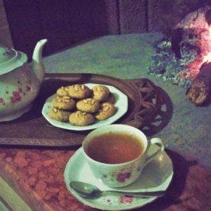 Attizzo il fuoco, sorseggiando un tè fumante