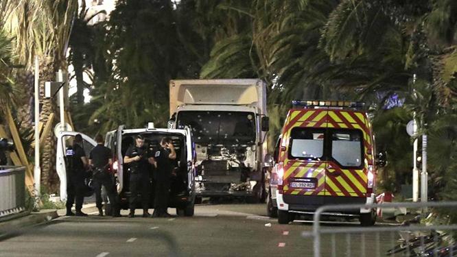Terrore a Nizza con un TIR sulla folla